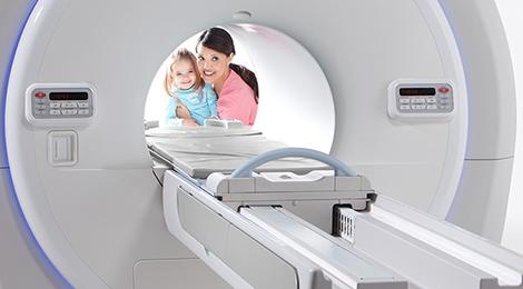 18Мама показывает ребенку томограф.jpg